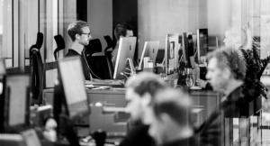 Personer som sitter og jobber i et kontorlokale
