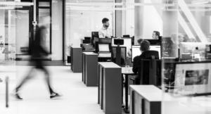 Personer som sitter i et kontorlokale